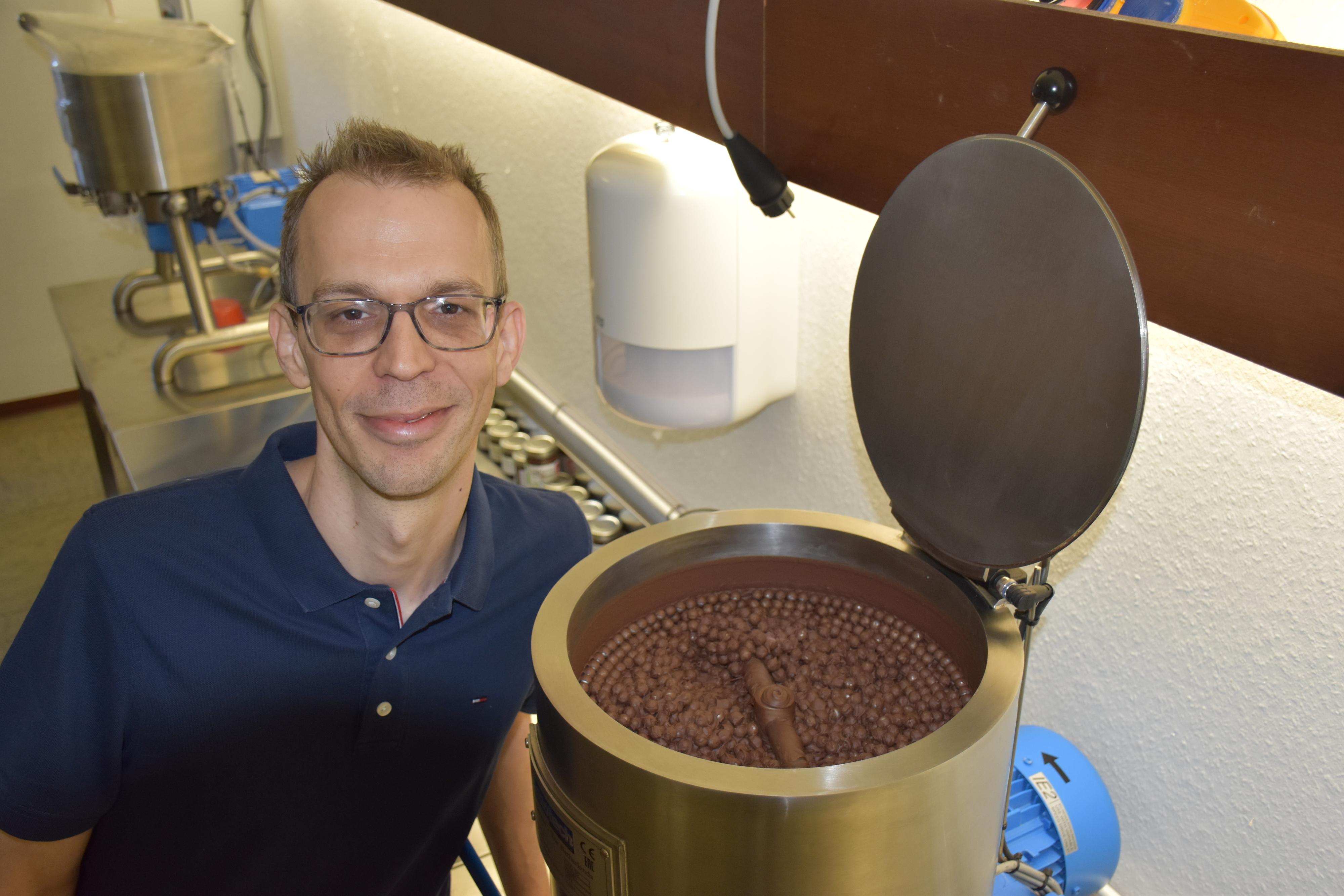 Jens Eschke und eine seiner beiden Mahlmaschinen - Stückpreis: rund 25.000 Euro. Foto: Ferber<br>
