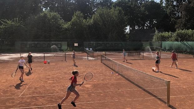 Tennis unterm Rasensprenger