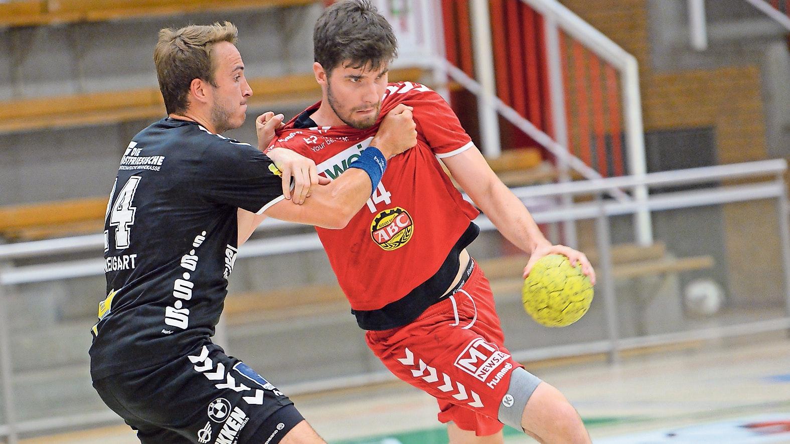 Alternative im rechten Rückraum: Neuzugang Adam Pal (rechts) muss sich an das Spielsystem der Cloppenburger Drittligahandballer noch gewöhnen.  Foto: Langosch