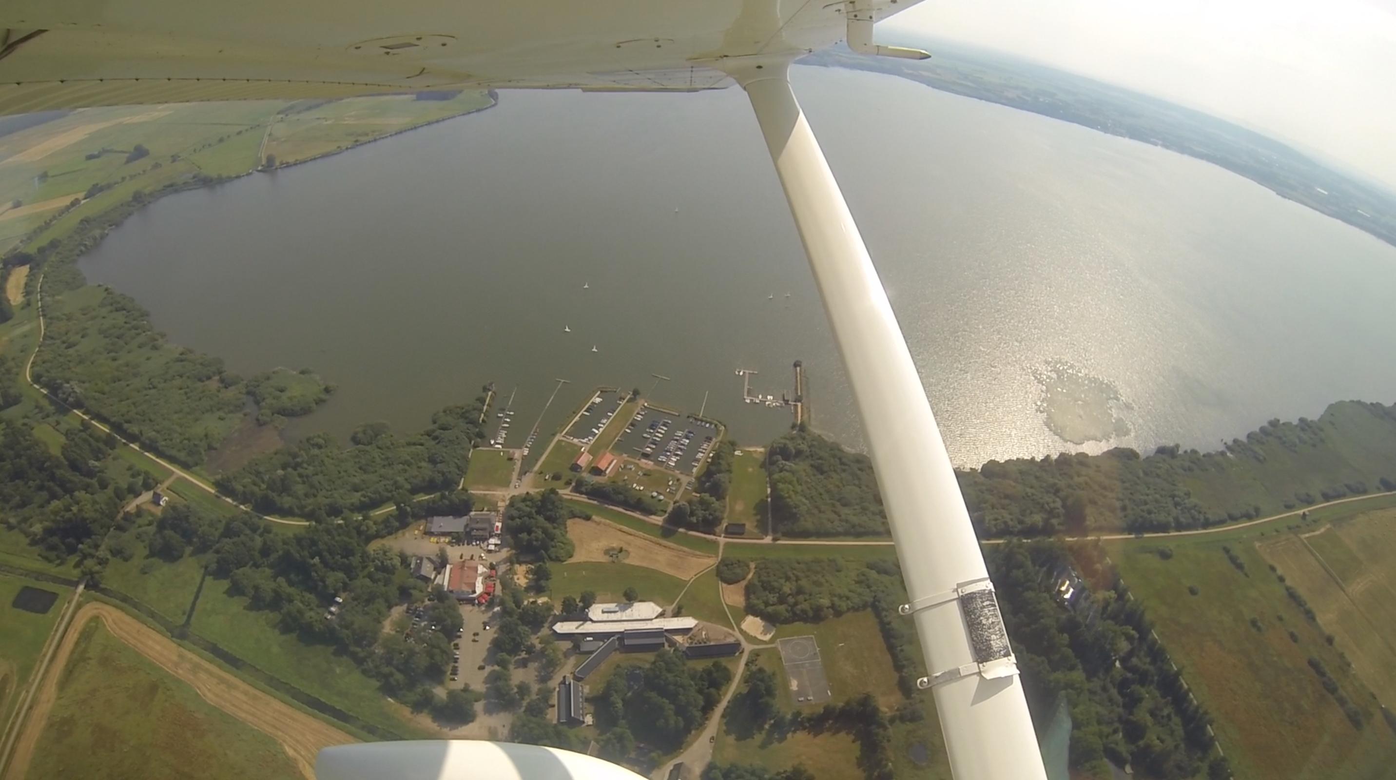 Das Dümmerheim und der Olgahafen aus dem Fenster einer Cessna 172. Foto: Heinzel