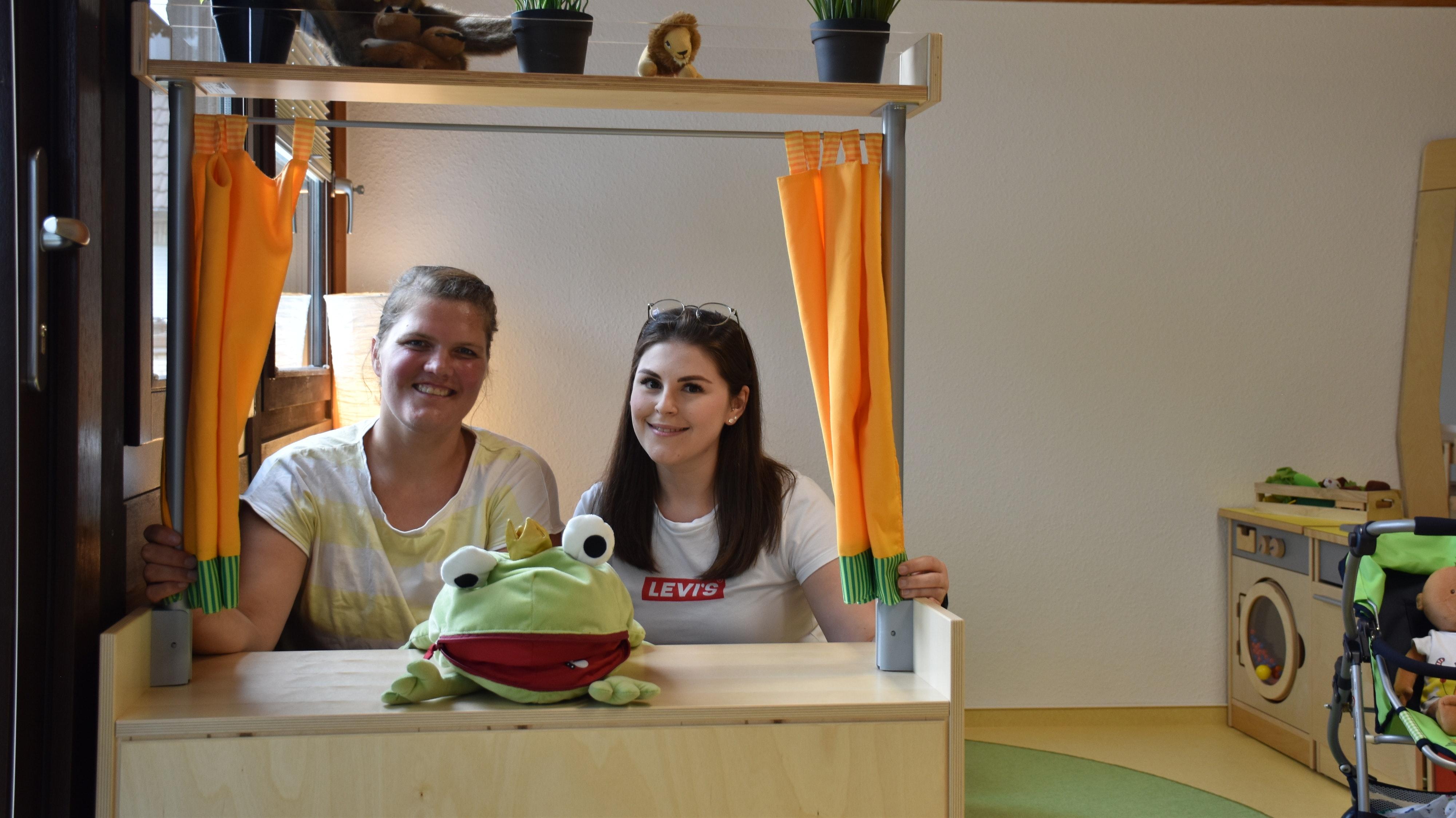 Daniela Krapp (links) und Ida Blömer heißen ihre 25 Kindergartenkinder in der Außengruppe willkommen. Foto: Ebert