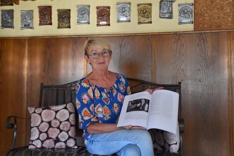 Generationenübergreifend: Zum 50. Jubiläum hatte die OV über die Gaststätte geschrieben. In der Familienchronik ist der Text noch heute zu lesen. Fotos: Ebert