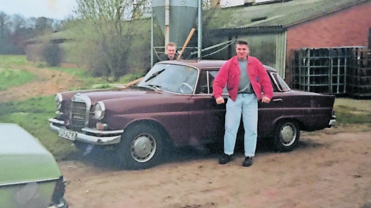 """Einen schnöden /8 wollte er nicht: Ralf Dreckmann stolz vor seinem ersten Auto, einer 190DC-Heckflosse. """"Die war uriger"""", sagt der Addruper. Foto: Dreckmann"""