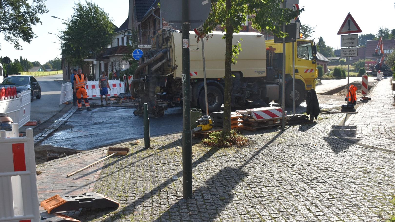 Bauarbeiten an der Bökenbergstraße: Bis Donnerstagmorgen soll die Baumaßnahme fertiggestellt werden. Foto: Timphaus