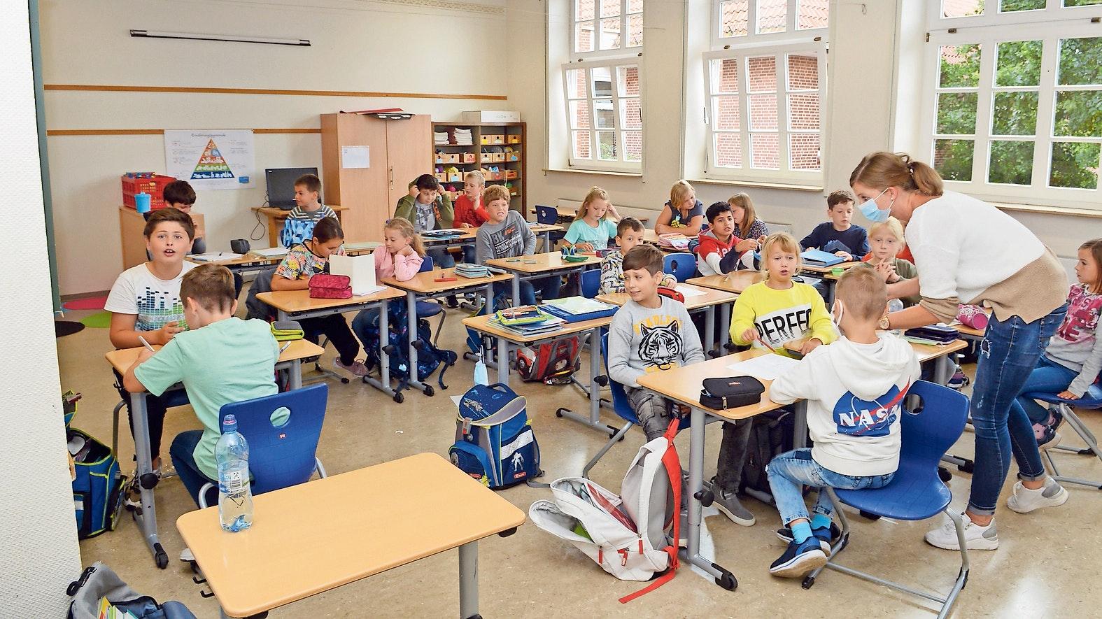 Ohne Maske:  In der Klasse, die die neue Einheit für alle  Bewegungen und Aktionen außerhalb dieses Raumes bildet, tragen die Schüler keine Maske. Auch Gruppenarbeit ist Teil des Unterrichts. Foto: Willi Siemer