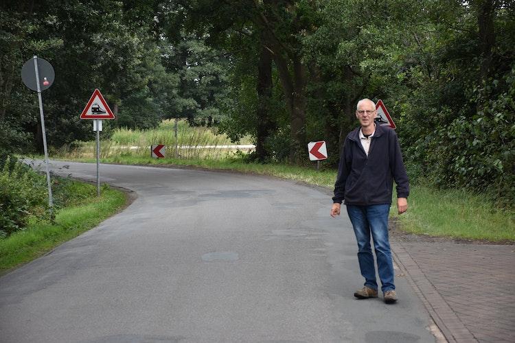 Hier wirds gefährlich: Norbert Hogeback warnt vor der scharfen S-Kurve vor dem Bahnübergang. Foto: Böckmann