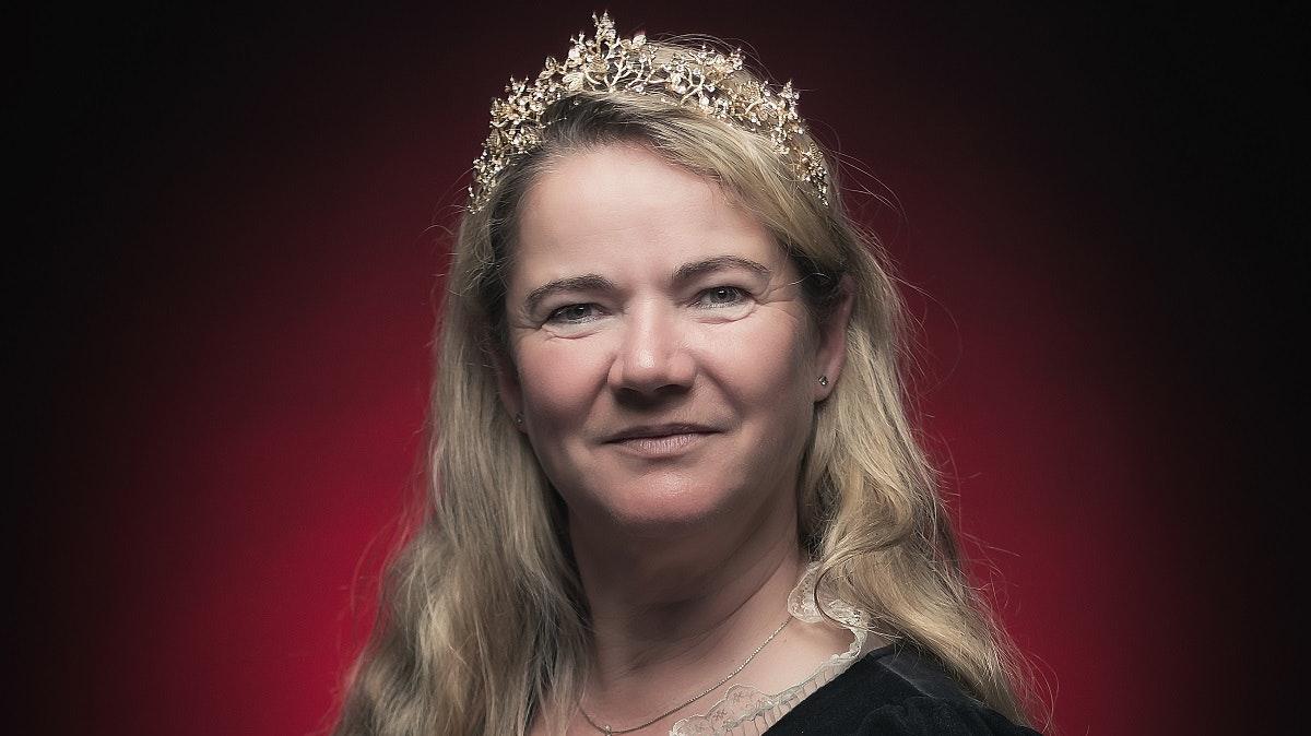 Mit Ornat, Schärpe und Krone: Goldenstedts Goldkönigin Doreen Metzler. Foto: Rühl