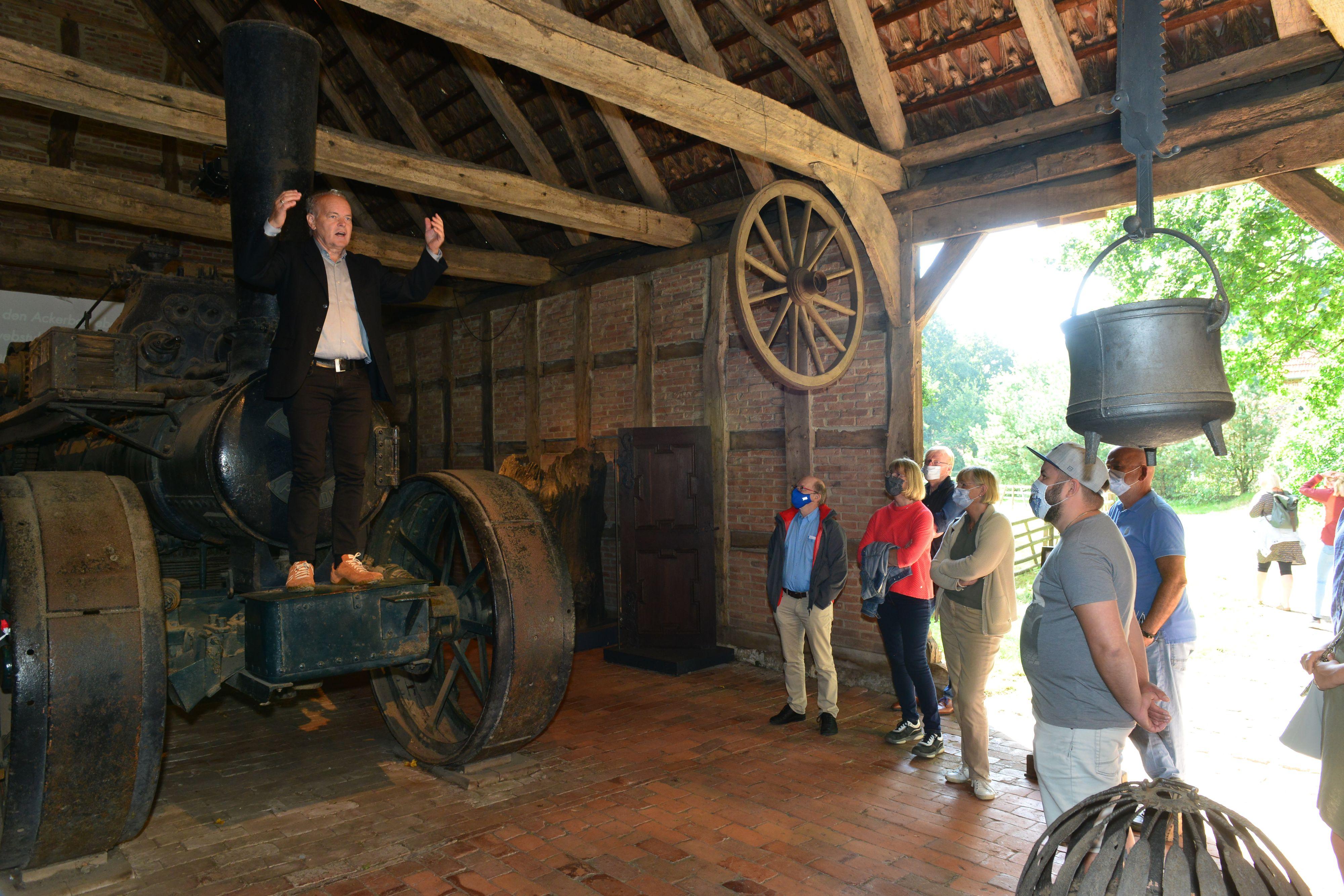 Das macht Spaß: Bei seiner Führung durch das Museumsdorf Cloppenburg sorgte Pago Balke (links) für humorvolle und hintergründige Informationen über das Landleben aus vier Jahrhunderten. Fotos: Heitkamp