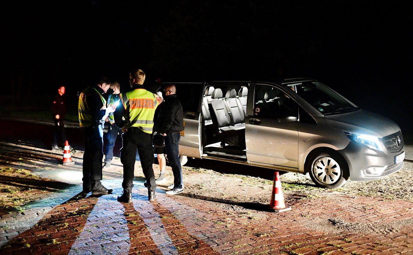 Kontrollpunkt an der B 214: Hier werden kurz nach 1 Uhr Fahrgäste eines Taxis kontrolliert. Sie hatten an der Feier teilgenommen. Foto: Matthias Niehues