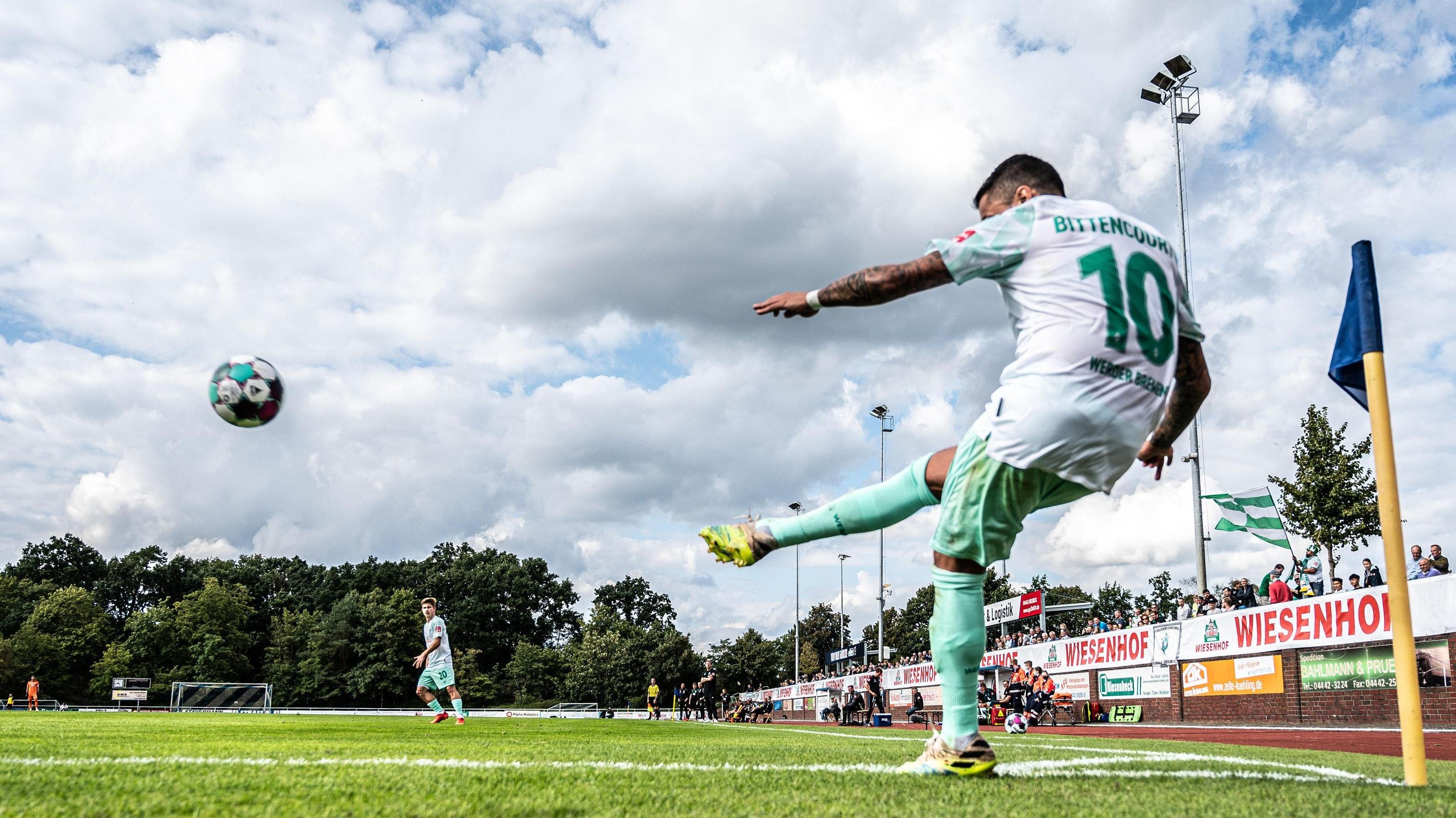 Unter heiterem Himmel: Der Bremer Leonardo Bittencourt beim Eckball im Lohner Heinz-Dettmer-Stadion. Foto: nordphoto/Kokenge