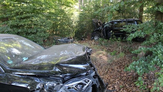 Autos stoßen bei Überholversuch zusammen