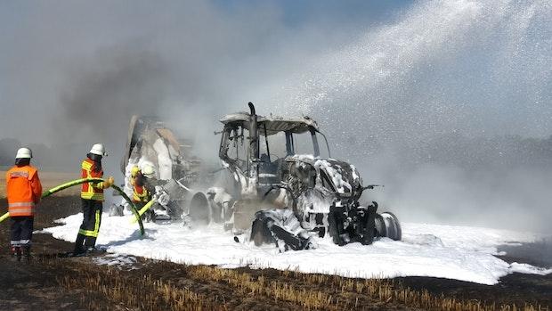 Traktor und Strohpresse brennen aus