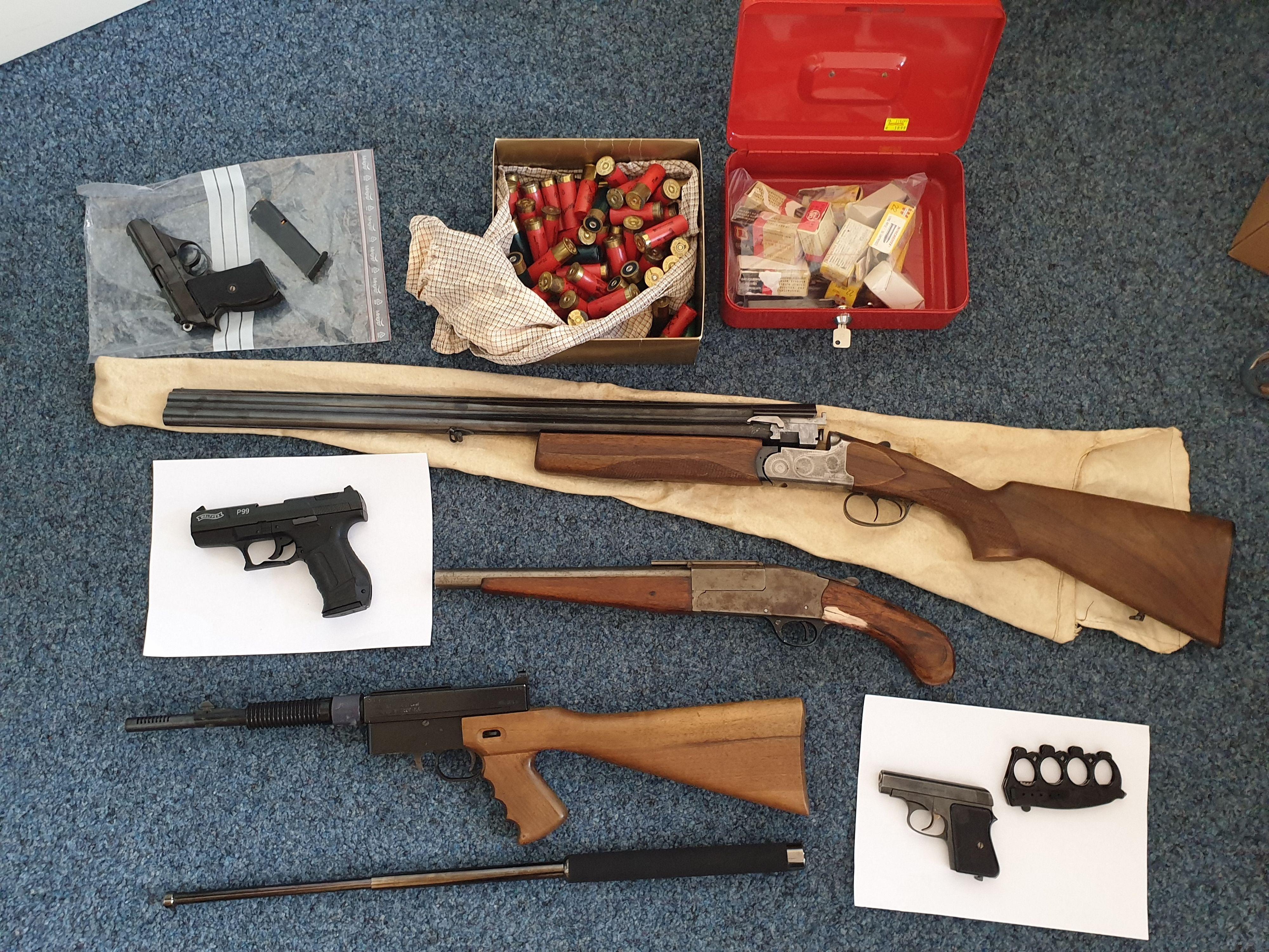 Waffenfund: Bei den Festnahmen hat die Polizei in den Wohnungen der Verdächtigen mutmaßliches Beweismaterial sichergestellt - darunter 3 scharfe Schusswaffen. Foto: Polizei