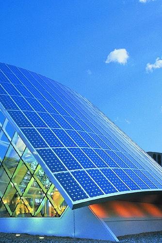 Auf dem Weg zum Green Building kommt Kupfer an vielen Stellen eine Schlüsselrolle zu - bei innovativen erneuerbaren Energien ebenso wie in der klassischen Hausinstallation. Foto: djdKupferinstitut