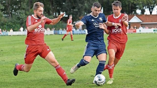 Durchsetzungsvermögen: Quendrim Krasniqi (Mitte, hier im Bezirkspokal gegen den SV Thüle) und der BV Essen wollen den ersten Sieg in der Landesliga-Saison einfahren. Foto: Langosch