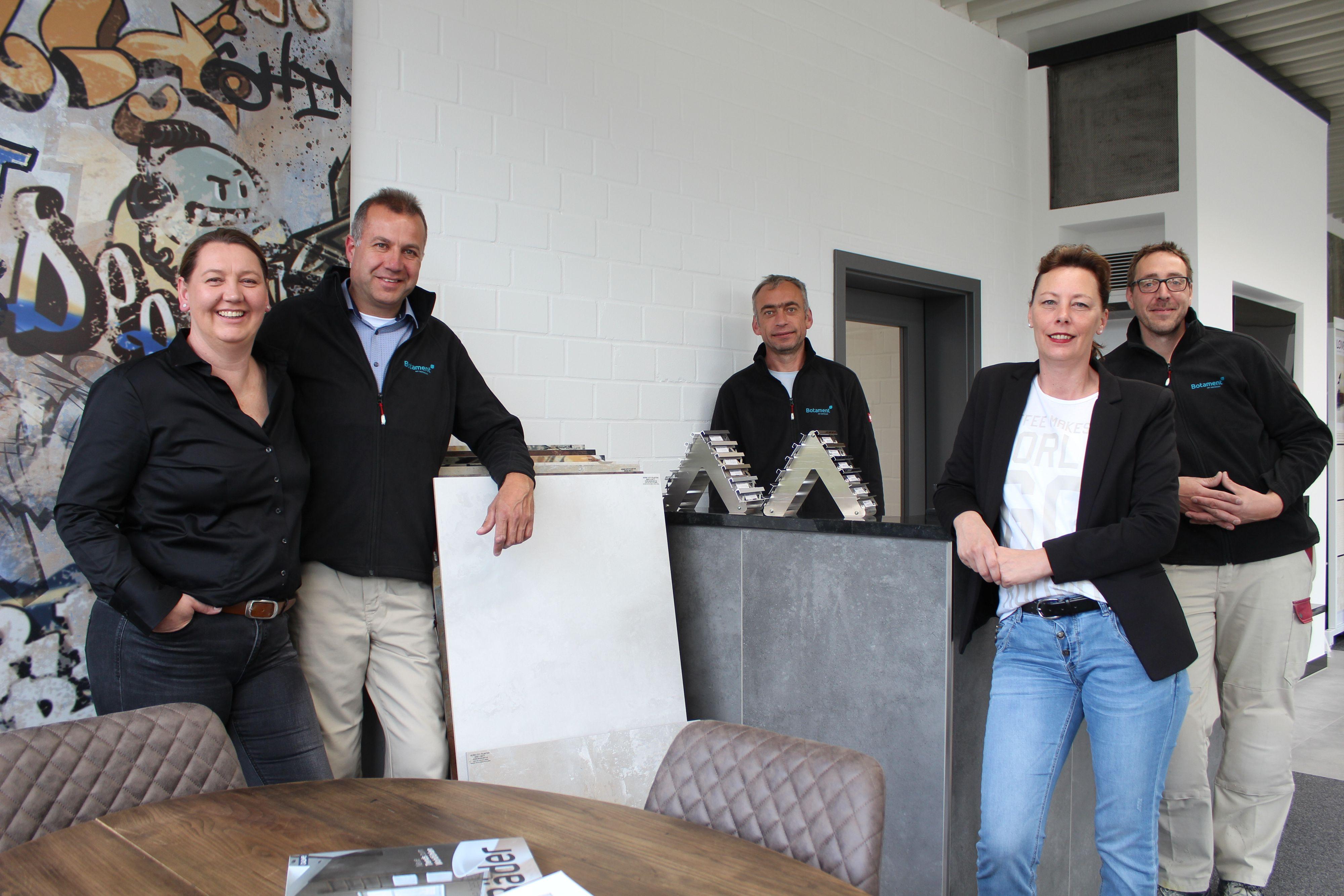 """Das Team (v.l.): <a href=""""https://www.made-in-dinklage.de/project/fliesen-fachmarkt-dinklage/"""">Nicole und Michael Kreutzmann</a>, Waldemar Buchholz, Sandra Arkenau und Heiner Aumann. Fotos: Heinzel"""