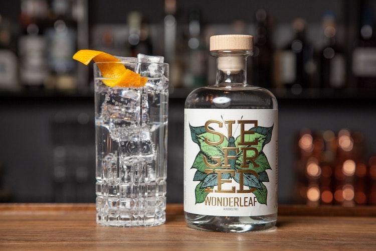 Auch die alkoholfreie Variante zum Gin kann man ganz klassisch mit Tonic-Water und Eiswürfeln genießen. Foto: djdRheinland Distillers GmbH