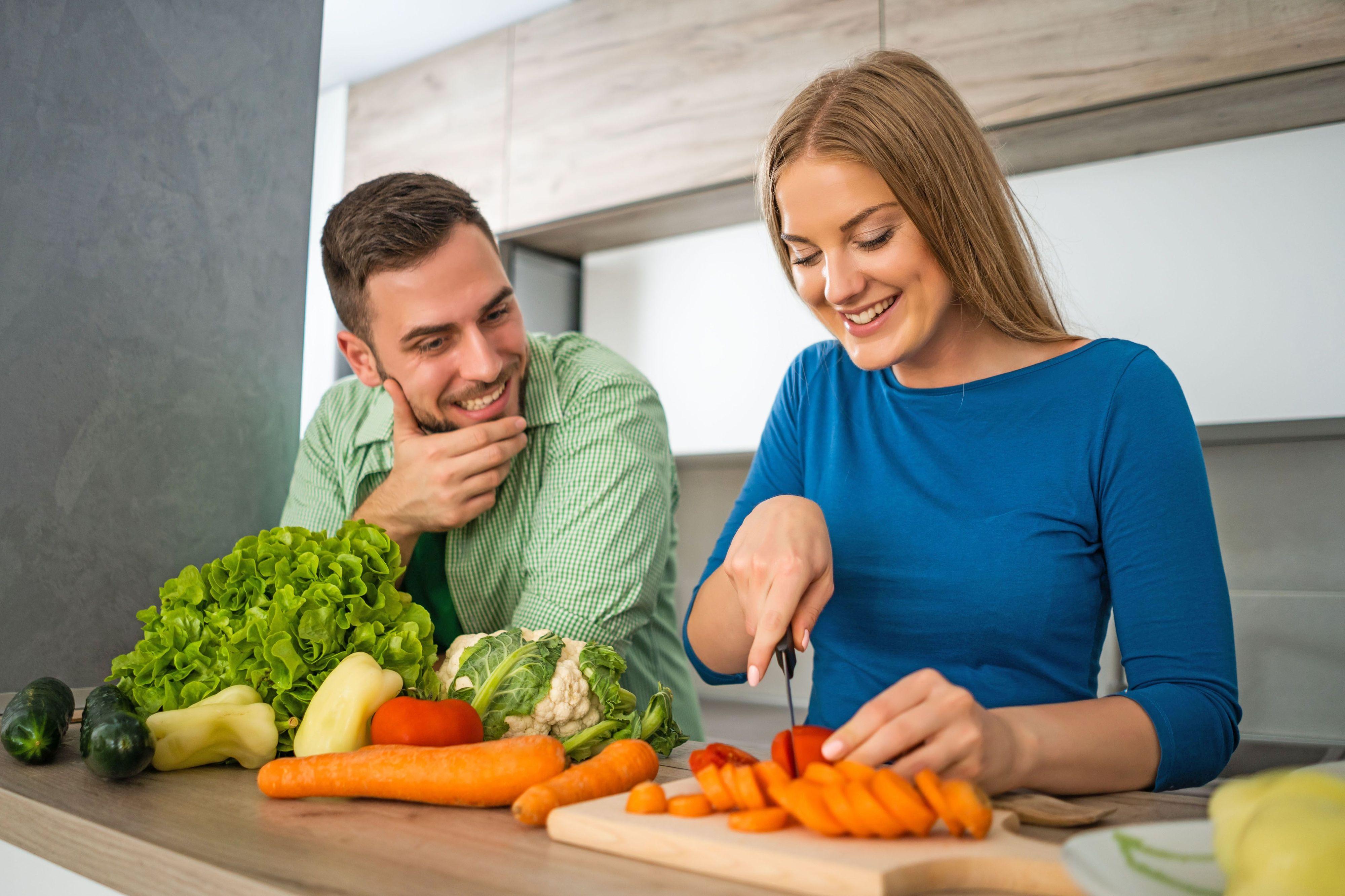 Frisch auf den Tisch: Saisonales Gemüse bildet die Grundlage einer basischen, abwehrstärkenden Ernährung. Foto: djd/Jentschura International/Getty Images/Photodjo