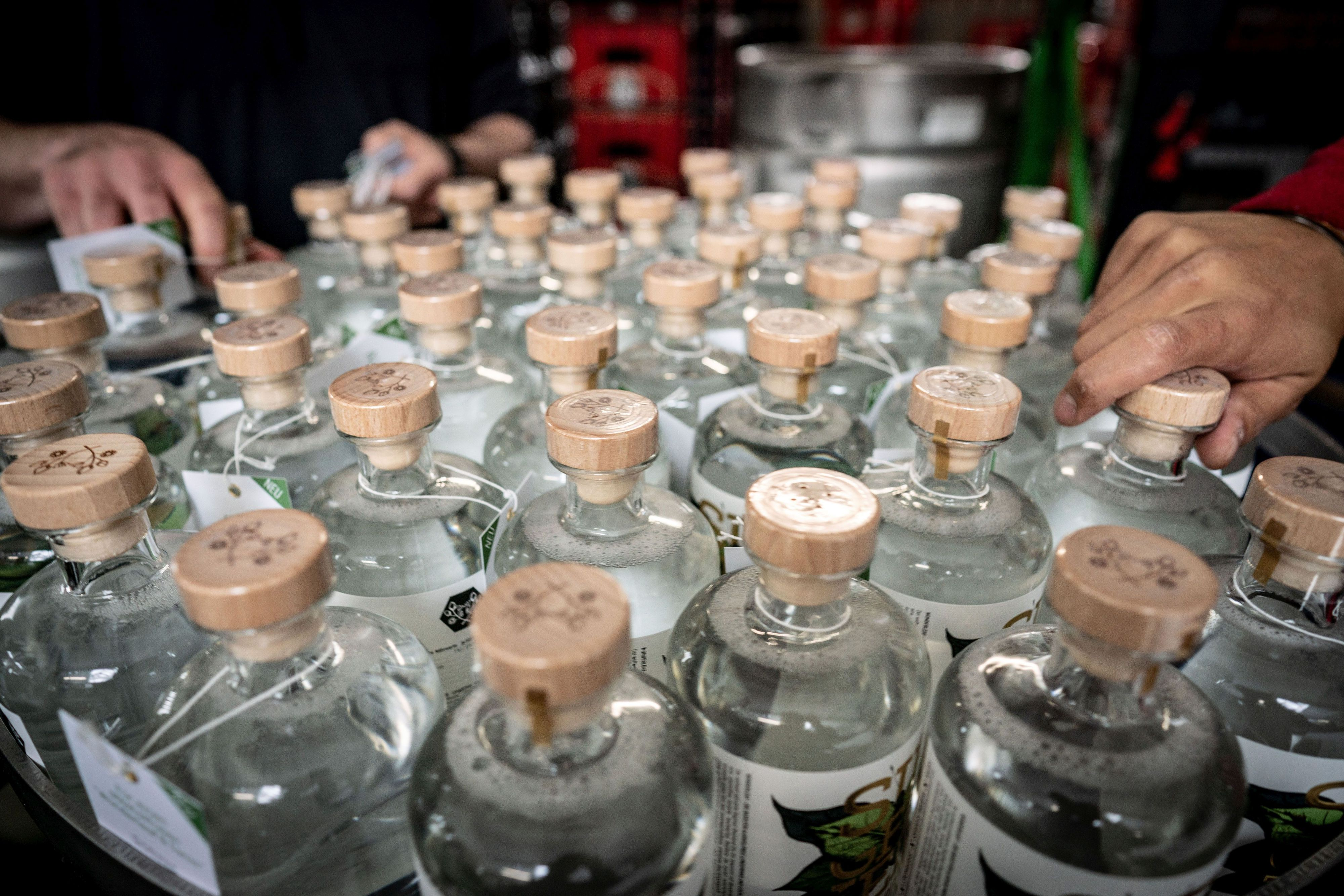 Die Nachfrage nach alkoholfreien Alternativen zu Spirituosen steigt, die Hersteller haben gut zu tun. Foto: djd/Rheinland Distillers GmbH