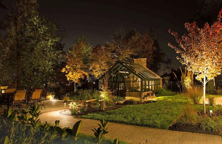 Licht bringt Stimmung in den Garten und sorgt zugleich für Sicherheit auf den Wegen rund ums Haus. Foto: djdwww.rainpro.de