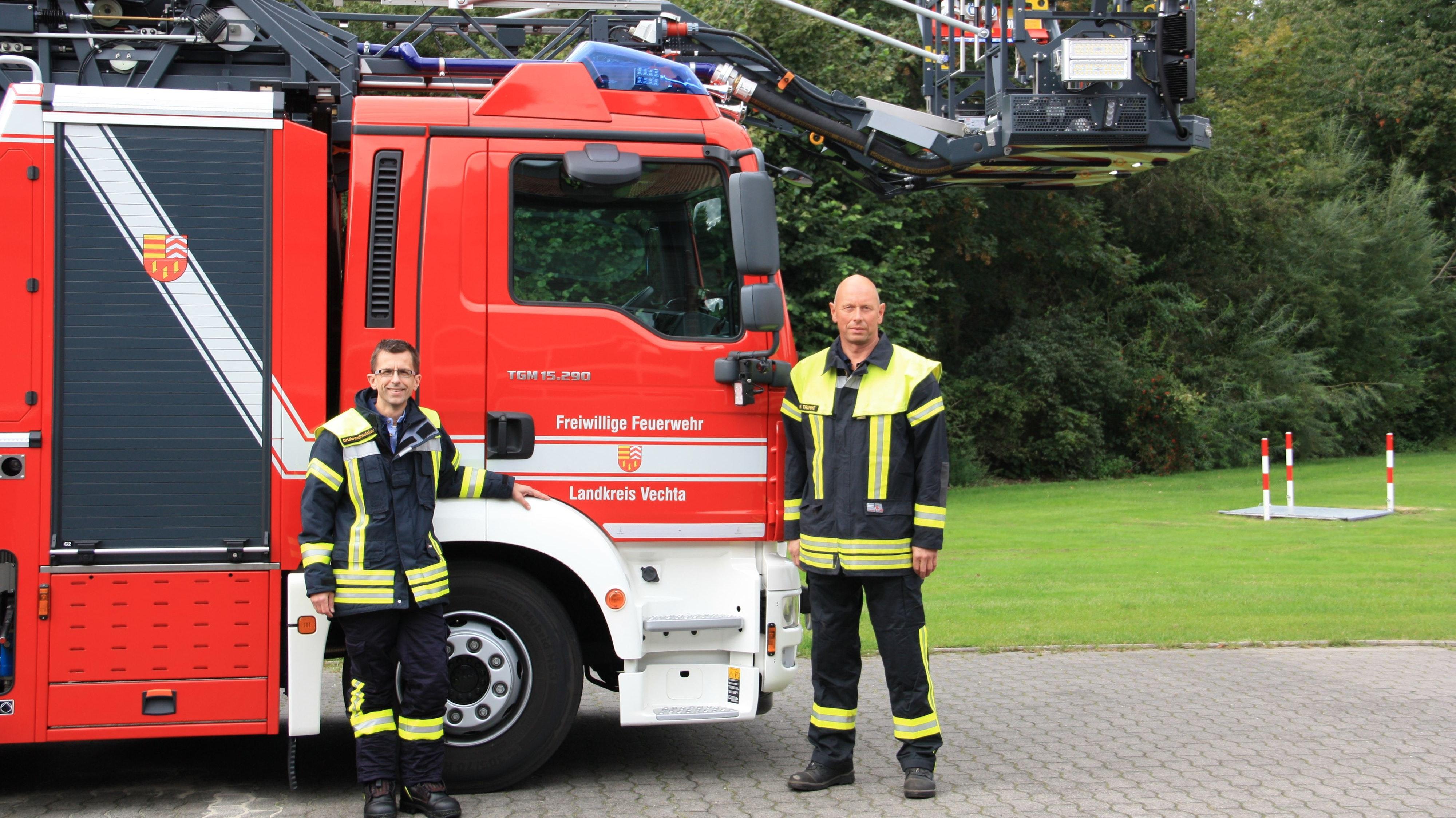 Bereit für den Einsatz:  Ortsbrandmeister Thorsten Heseding (links) und Kreisbrandmeister Matthias Trumme vor dem neuen Einsatzfahrzeug. Foto: Pundt
