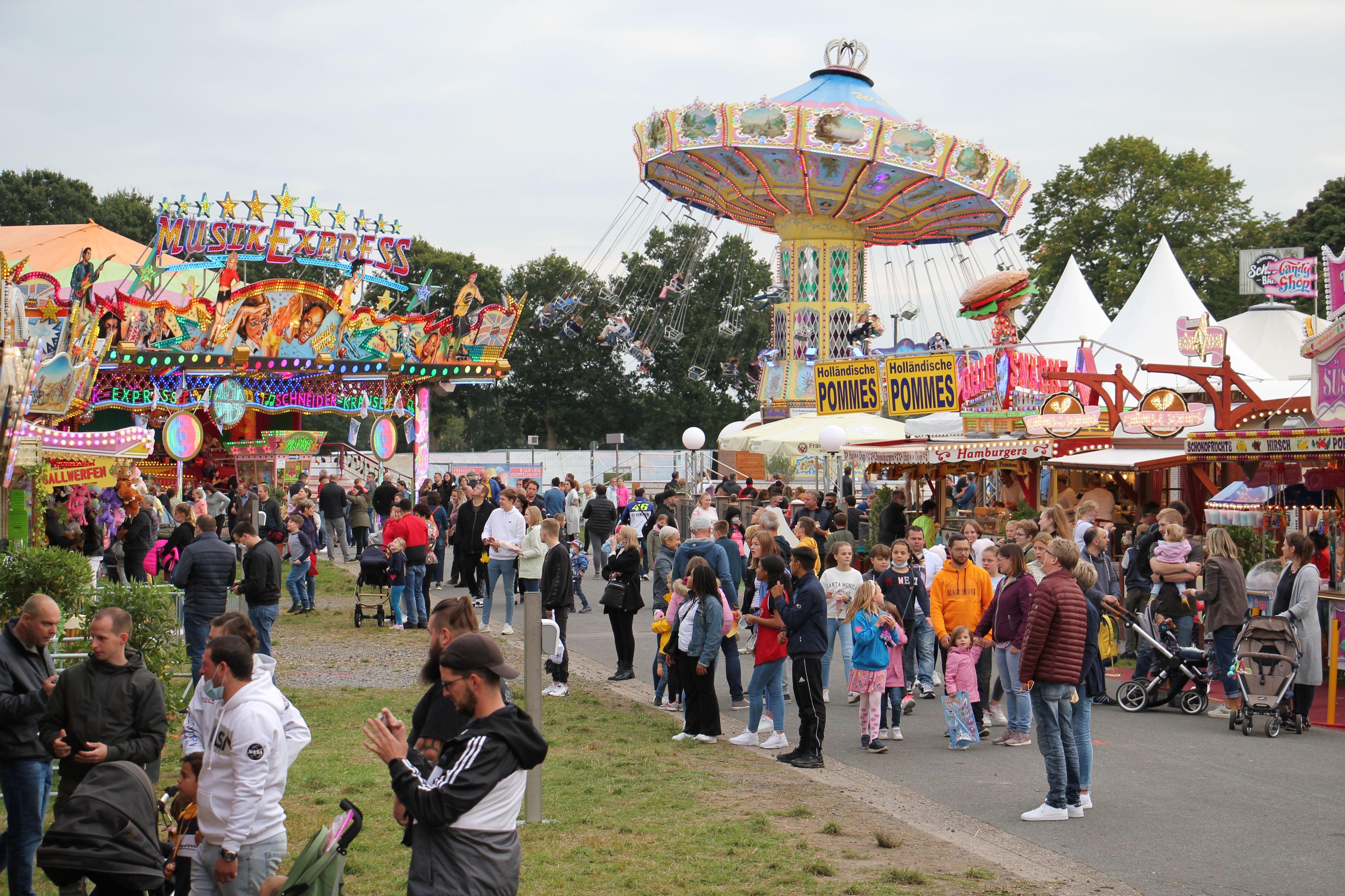 Reger Betrieb auf der Westerheide: Die Schausteller sind mit dem bisherigen Besuch des Freizeitparks sehr zufrieden. Foto: Speckmann