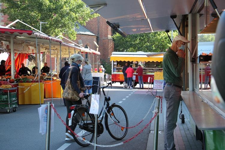 Vertrautes Bild im Schatten der Propsteikirche: Seit dem Beginn der Bauarbeiten am Neuen Markt findet der Wochenmarkt jeden Mittwoch und Samstag in der Bahnhofstraße statt. Sie wird für den Kraftfahrzeugverkehr gesperrt. Foto: Speckmann