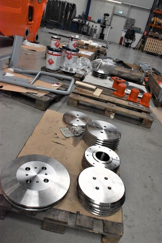 Die später zu verbauenden Teile sind bereits um die Teleskopelemente des Krans in der Montagehalle verteilt. Foto: Kühn