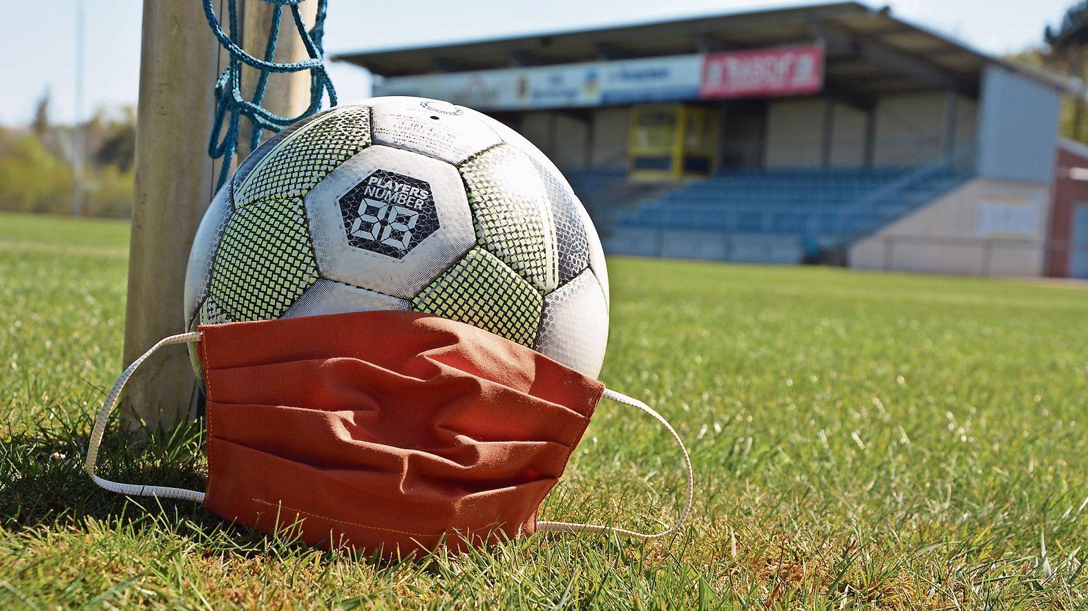 Corona legt den Fußball lahm: Der Kreis Cloppenburg hat mit einer Allgemeinverfägung Sportplätze und -hallen gesperrt. Symbolfoto: Hermes