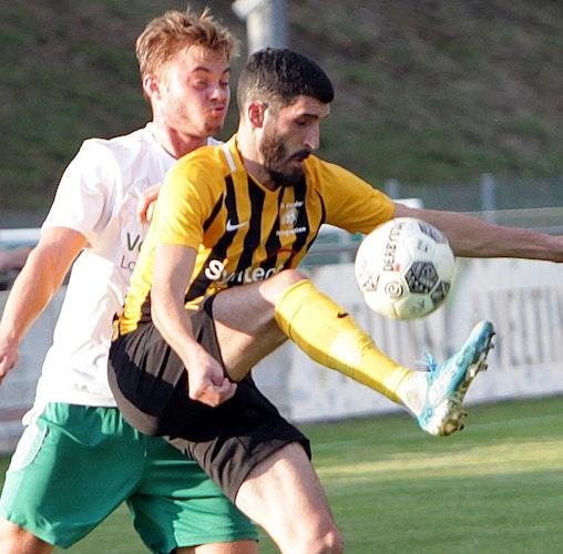 Erste Runde gut gemeistert: Alper Yilmaz von Amasyaspor (rechts) gegen Mühlens Benny Bloemen. Foto: Schikora