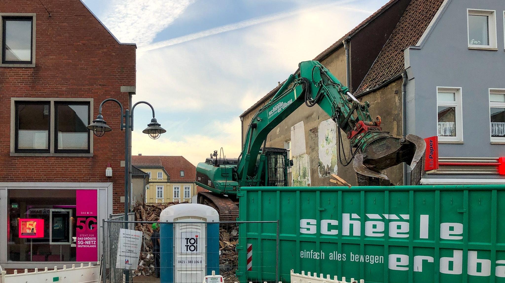 Durchblick: Am Dienstagmorgen haben Bagger die Fassade des alten Hauses abgerissen. Die Arbeiten waren auf der Rückseite gestartet. Foto: Chowanietz