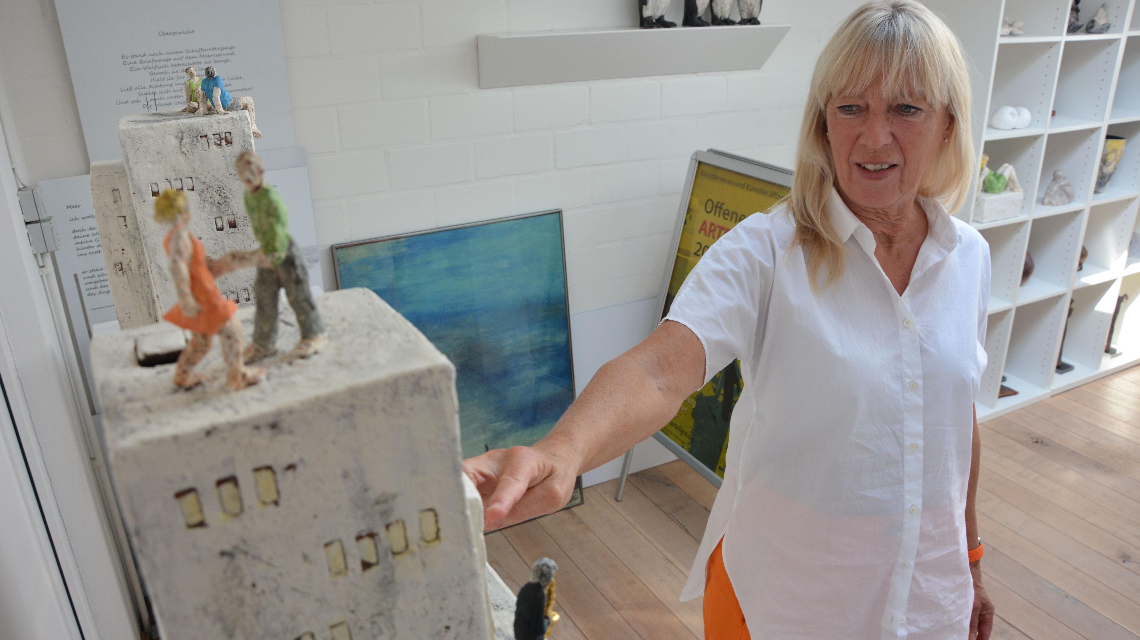 Skulptur trifft Poesie: Künstlerin Magdalene Brahms modelliert Figuren und Behausungen aus lyrischen Texten heraus. Foto: Hermes