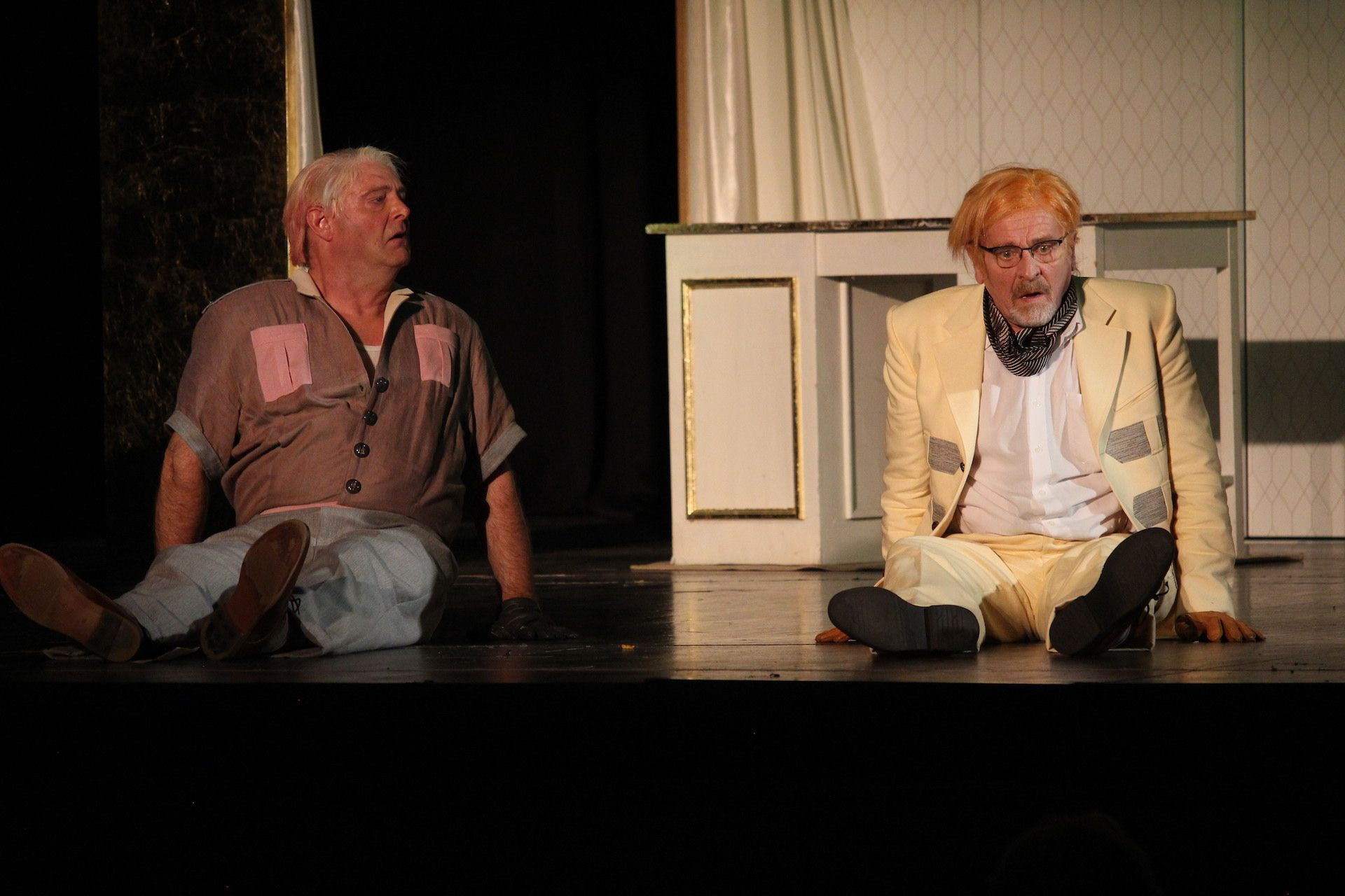 Pfleger Marvin Wilson, gespielt von Christoph Sommer (links), und sein Klinikchef Dr. William R. Chumley (Helmut Rühl) wollen eigentlich Elwood P. Dowd von Harvey befreien. Doch Chumley verfällt dem Charme des Hasen. Foto: Heinzel