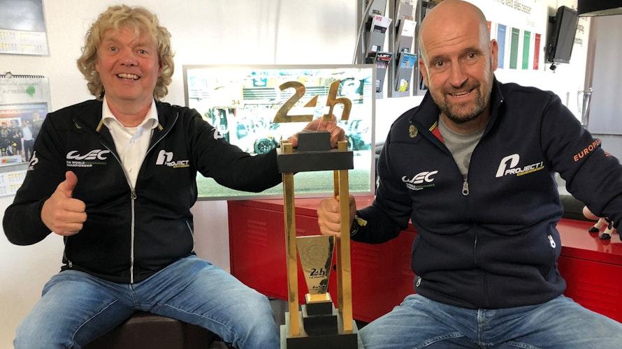 Daumen hoch: Hans-Bernd Kamps (links) und Jörg Michaelis mit dem Siegerpokal aus dem vergangenen Jahr. Foto: Bodenbach