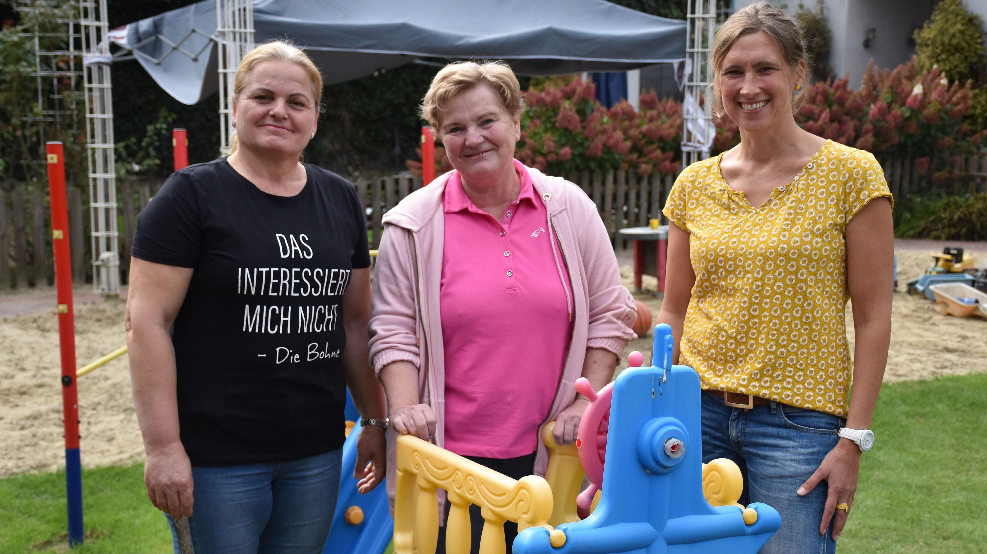 """Das Team des """"Regenbogenhauses"""" in Steinfeld: Haushaltshilfe Femije Himaj (links) unterstützt die Tagesmütter Gabriele von der Assen (Mitte) und Nicole Wollering. Foto: Timphaus"""