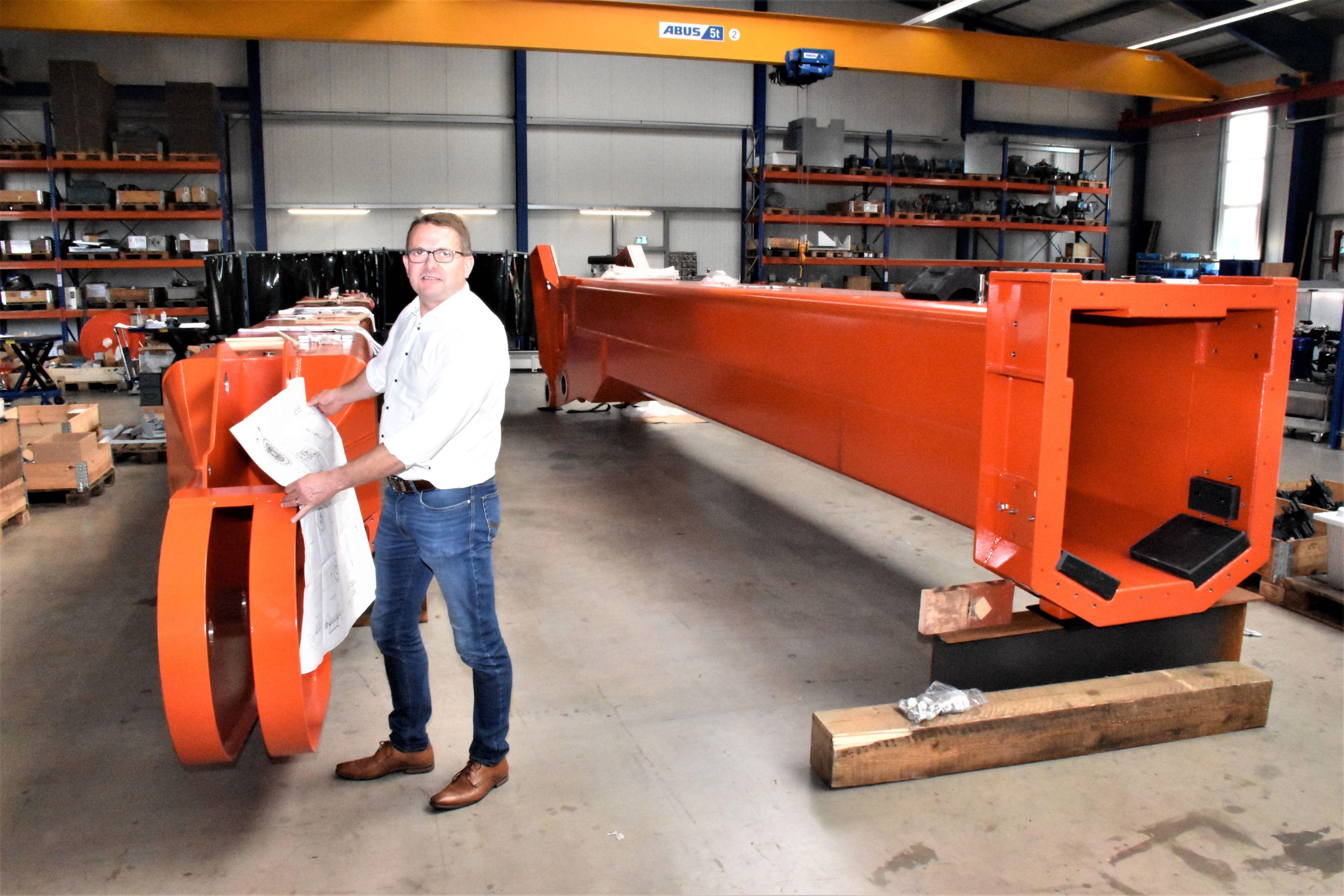 """Eska-Chef Stephan Kallage mit dem Konstruktionsplan an den beiden Teleskopelementen des neuen Krans für die """"Polarstern"""". Foto: Kühn"""