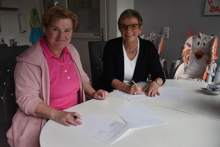 Regenbogenhaus-Betreiberin Gabriele von der Assen (links) und Steinfelds Bürgermeisterin Manuela Honkomp unterzeichnen einen Kooperationsvertrag über zunächst sieben Jahre. Foto: Timphaus