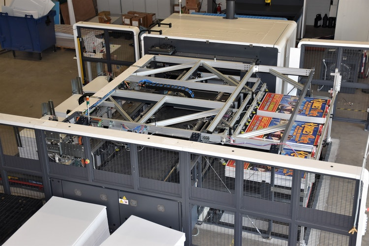 Langsam erhöht sich die Zahl der Aufträge wieder, sodass unter anderen auch die neue, 1,5 Millionen Euro teure Digitaldruckmaschine, wieder hochläuft. Hier werden gerade Hohlkammerplakate aus Polypropylen mit der Werbung eines Zirkus bedruckt. Foto: Kühn