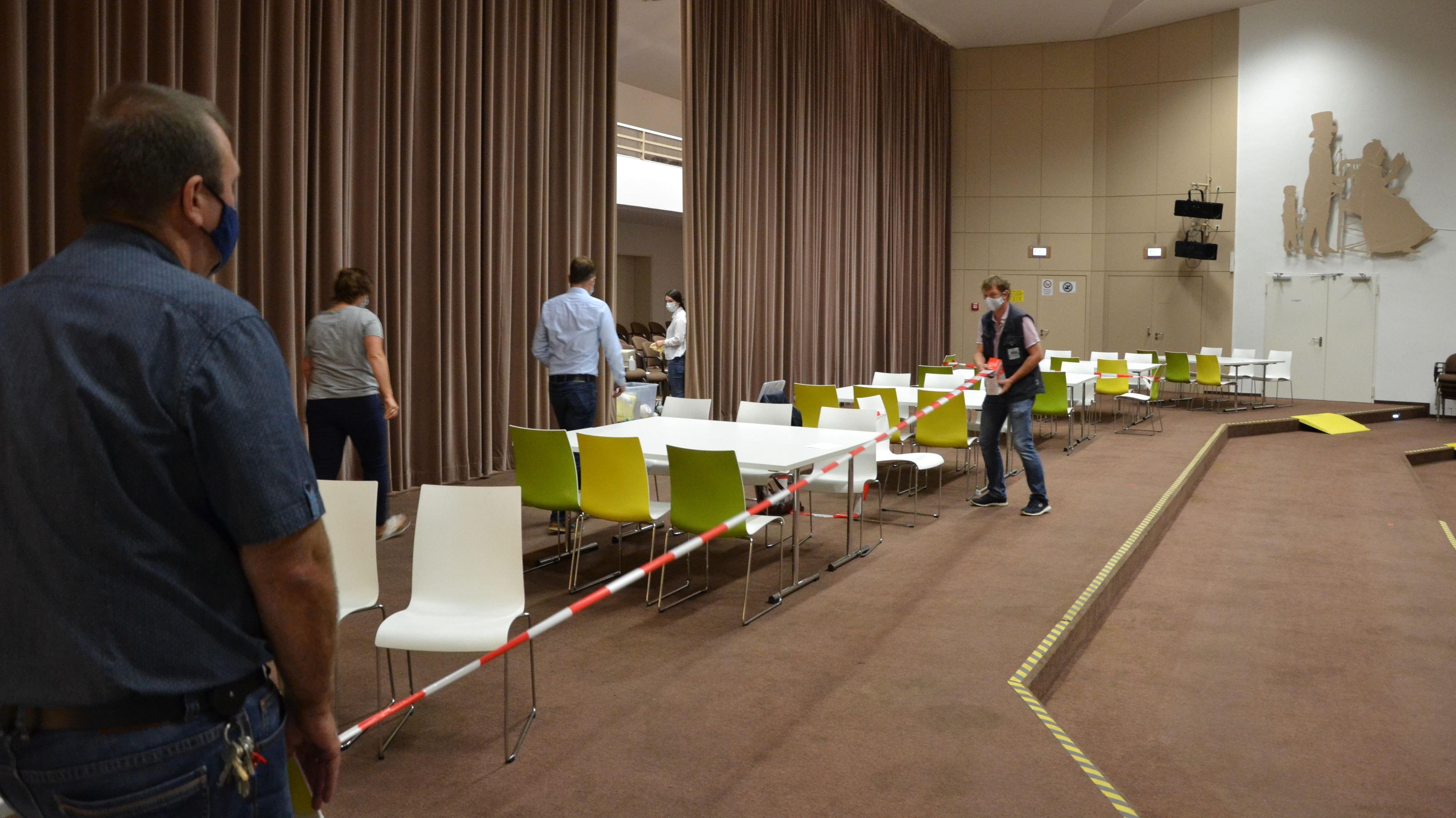Testzentrum im Forum Hasetal: Am Mittwochmorgen  bereitete das Gesundheitsamt alles für die Abstrichentnahme vor. Foto: Meyer