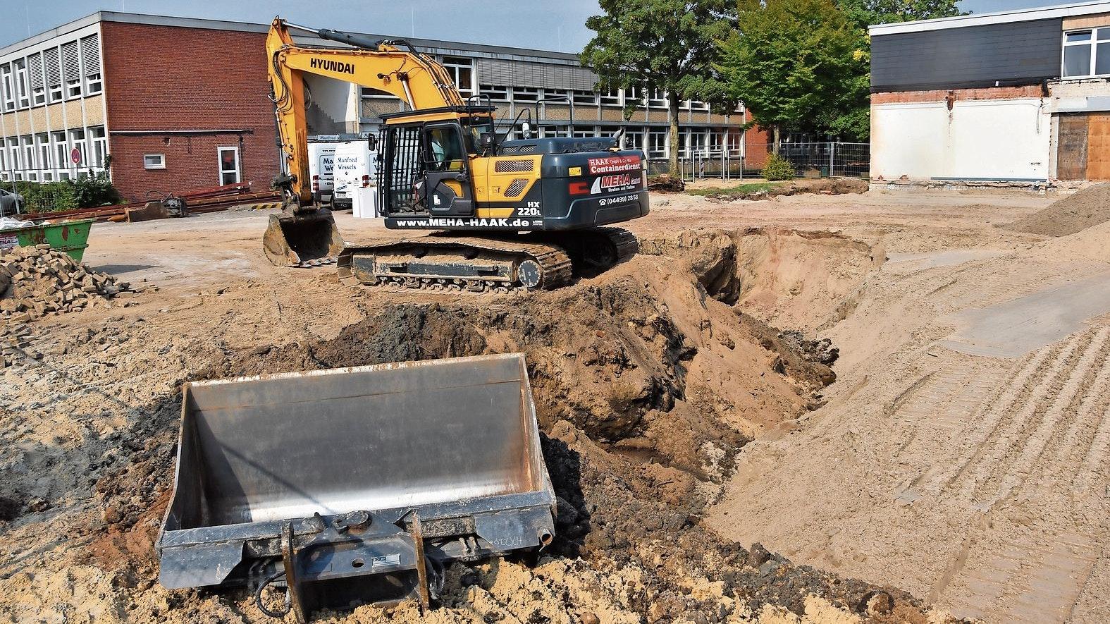 Die Bauarbeiten laufen: Der alte Gebäudeteil zwischen der bestehenden Realschule und der künftigen Ludgerischule wurde bereits abgerissen. Ein neuer Verbindungstrakt soll unter anderem eine gemeinsame Mensa beherbergen. Foto: Claudia Wimberg