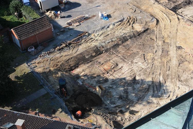 Blick aus dem Turm der Kirche St. Gertrud: Am östlichen Rand des Grundstücks ehemals PundtSchlarmann haben Arbeiter einen historischen Brunnen sowie weitere archäologische Funde entdeckt. Foto: Pundt