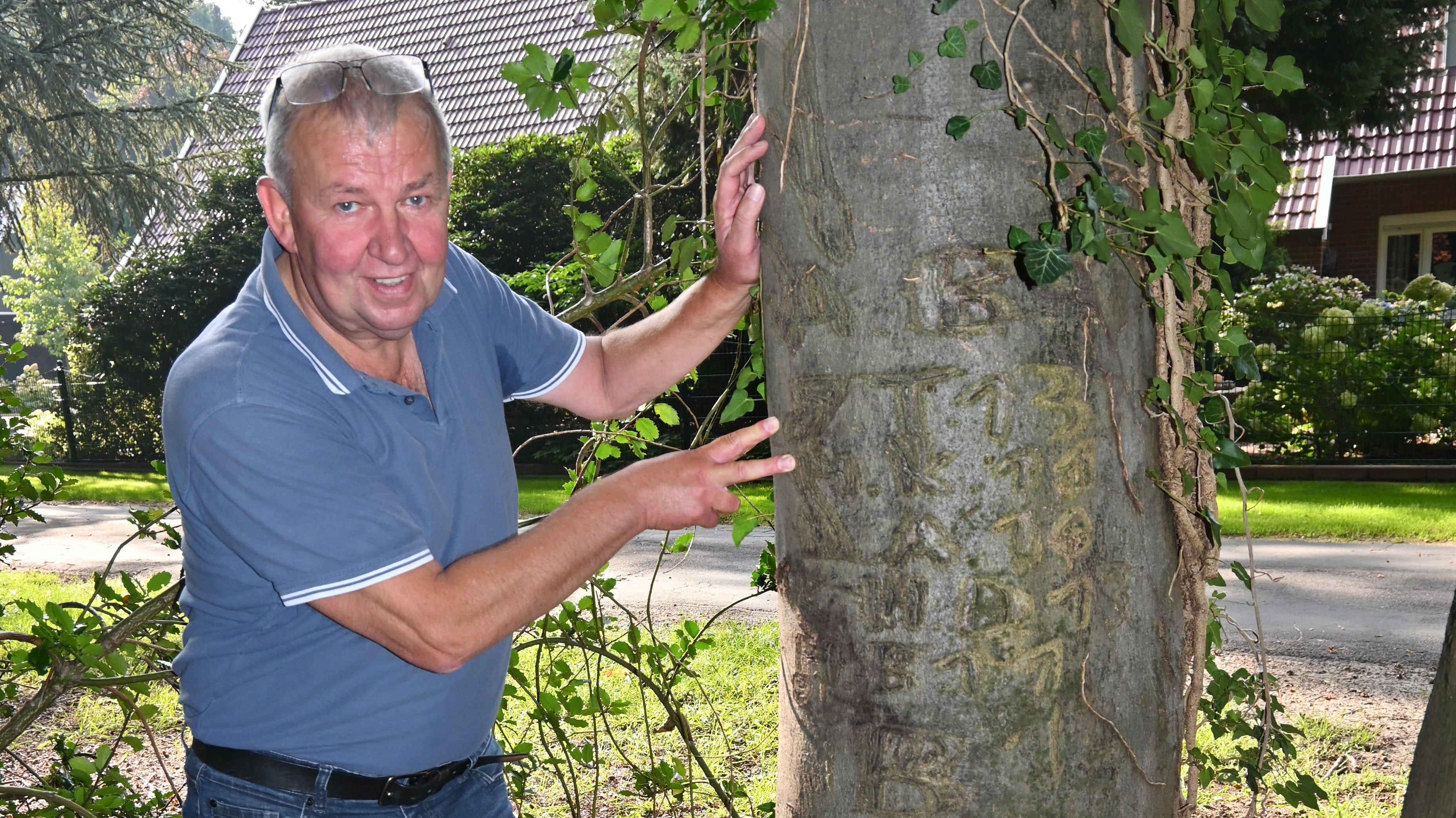 Erinnerungen: In den Stamm hat Josef Tabeling vor 51 Jahren seine Initialen geritzt. Kürzlich hat er die Zeichen bei einem Spaziergang mit Mischling Olli wiederentdeckt. Foto: Thomas Vorwerk