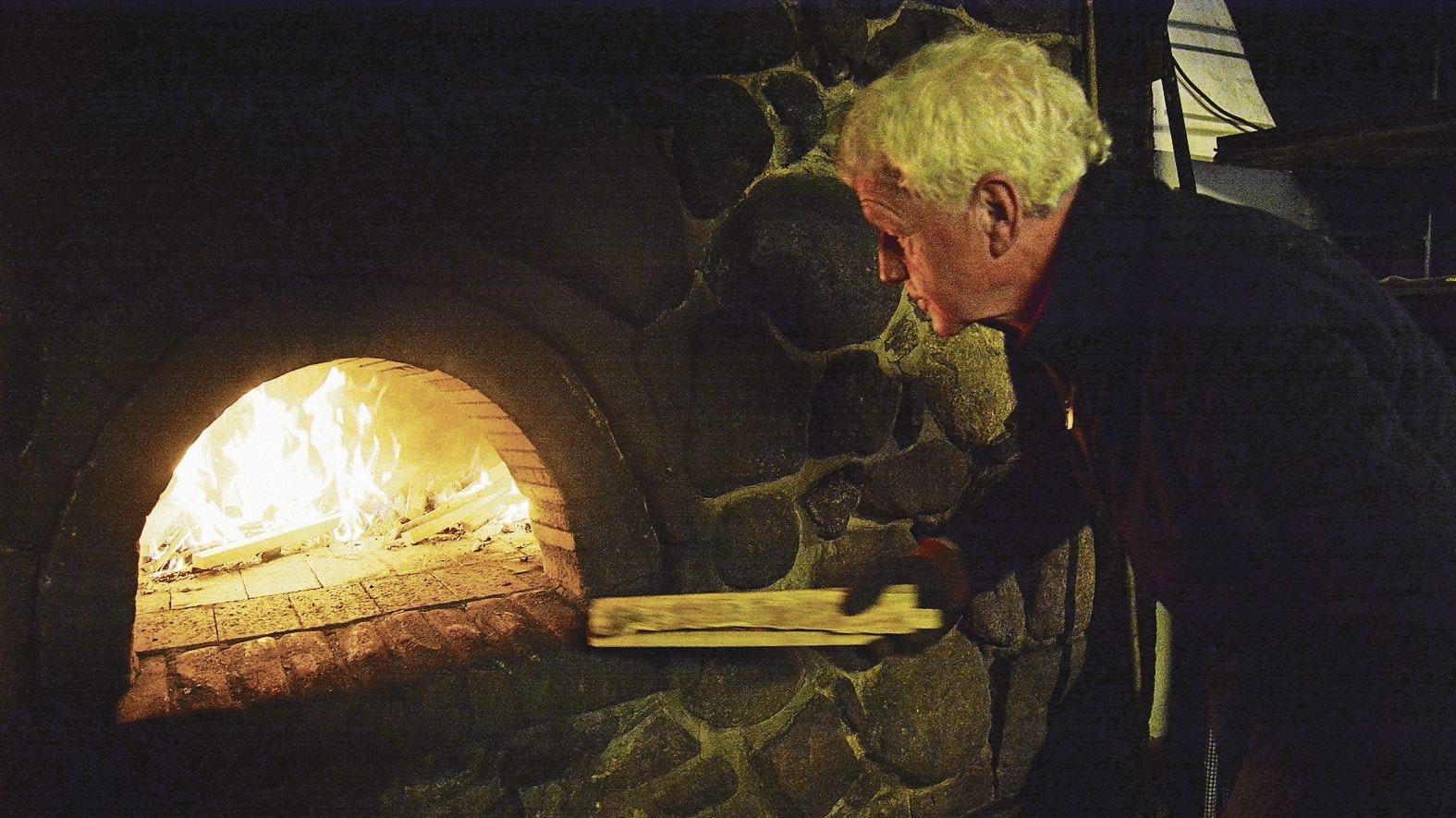 Mit Gefühl: Bäcker Heinrich Prante weiß genau, wie er mit dem historischen Steinofen umgehen muss. Foto: Hermes
