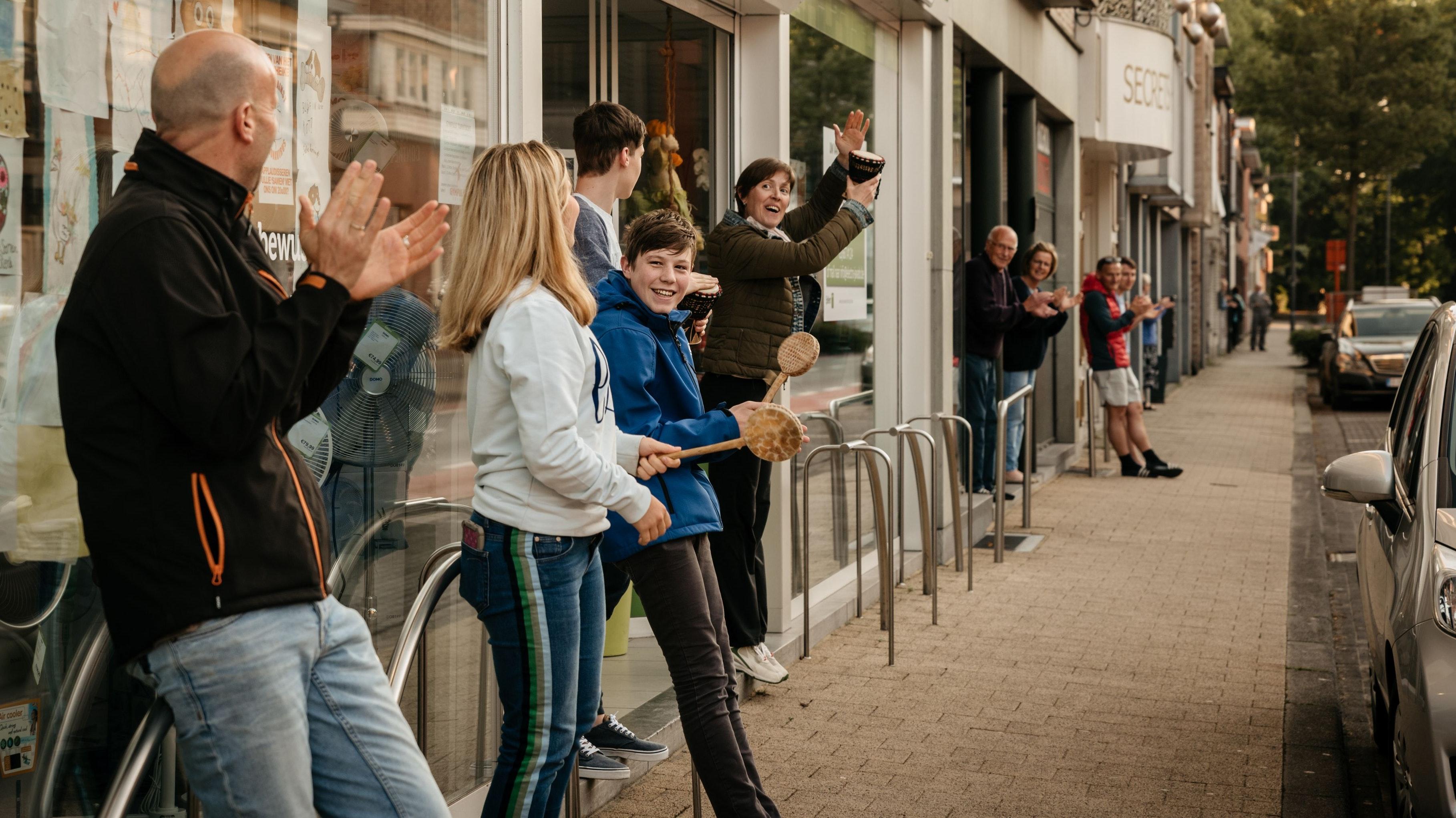 Applaus für die Helfer: Auch in der belgischen Gemeinde Essen ist es im Zuge der Corona-Pandemie mittlerweile für viele Menschen eine Art allabendliches Ritual geworden, medizinischem und Pflegepersonal durch gemeinsames Applaudieren ihren Dank auszudrücken.  Foto: © Gemeinde Essen