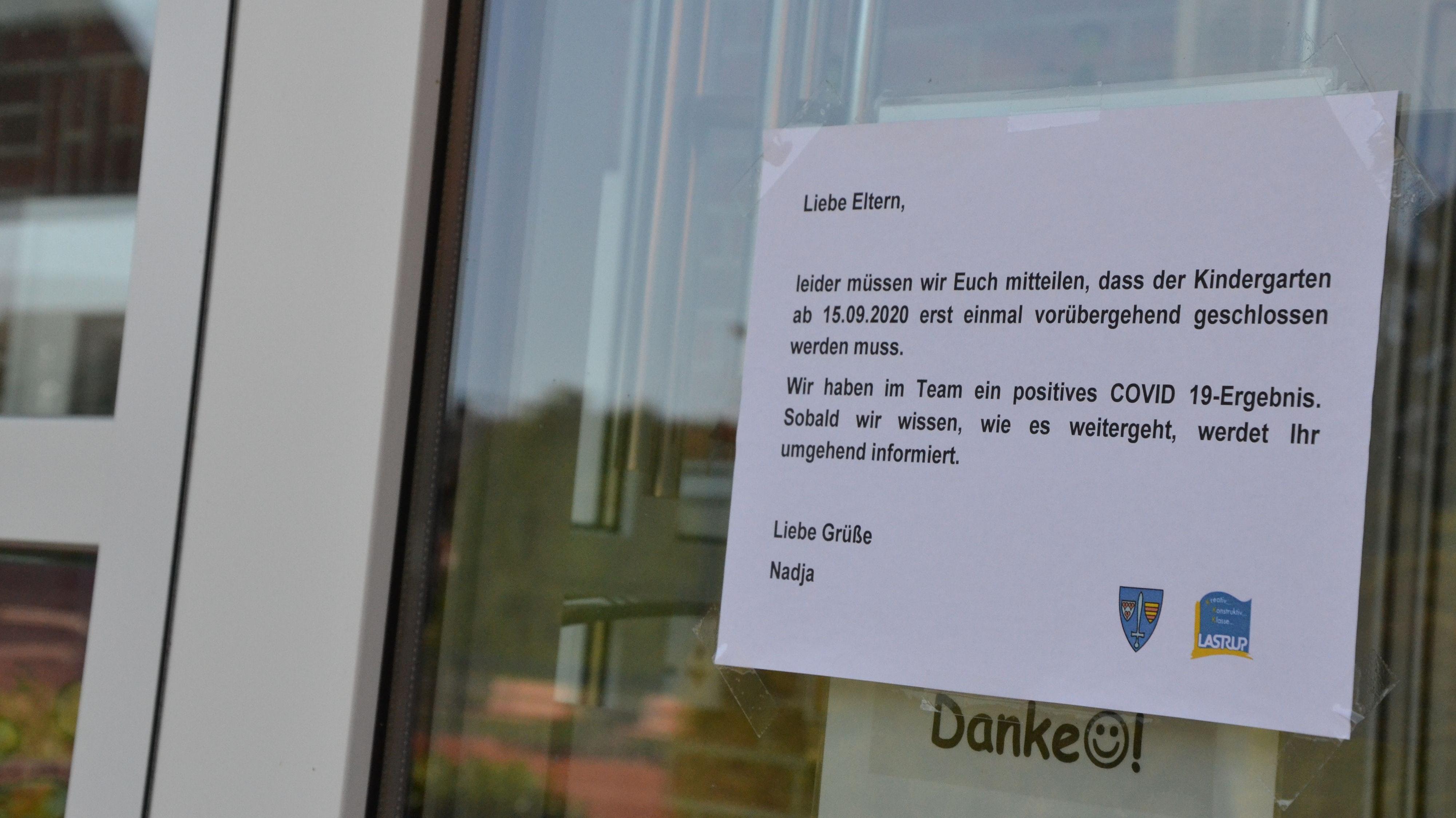 Info am Kindergarten in Kneheim: In der Gemeinde Lastrup liegen die Infektionszahlen deutlich unter denen in der Stadt Löningen. Die meisten Einrichtungen arbeiten - bisher - normal weiter. Foto: Meyer