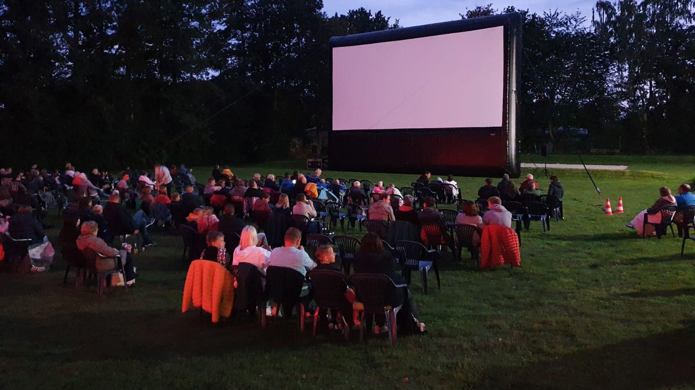 Idyllisch: Unter freiem Himmel konnten die Besucher in Stapelfeld Kinofilme erleben.  Foto: © Katholische Akademie Stapelfeld