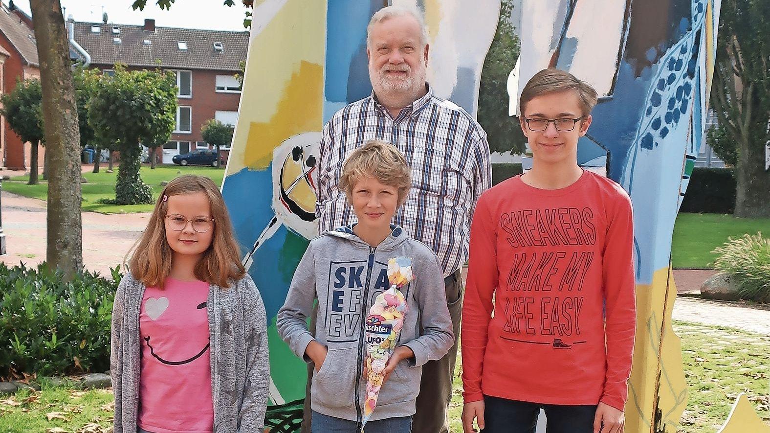 Die Sieger: Bernhard Willoh vom Heimatverein überreichte den Gewinnern der Geschichtsrallye die Preise. Von links: Lilly Möhlenkamp, Hanno Eck und Stephan Arlinghaus. Foto: Martin Richter <br>