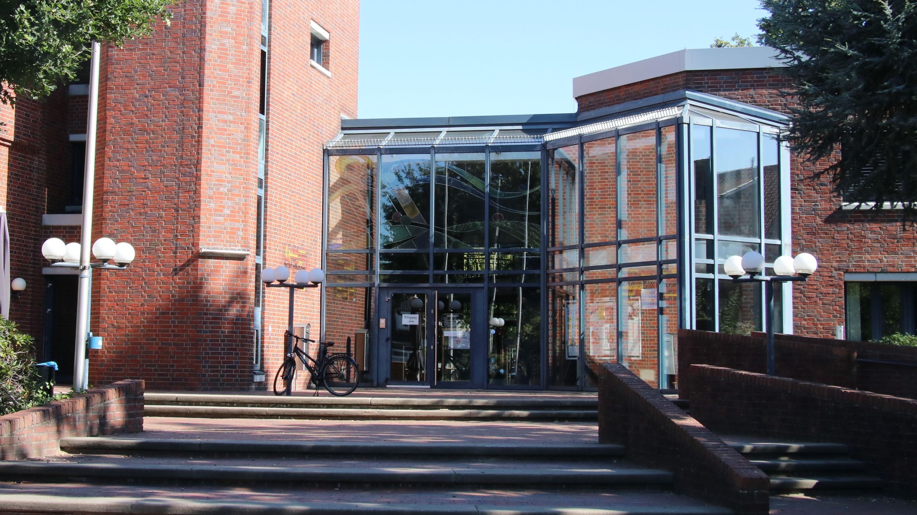 Zwei haben bald ausgedient: Im kommenden Jahr will die Stadt die beiden Glasfassaden an den Eingängen zum Rathaus erneuern lassen. Zudem soll die Treppenanlage an der Seite zur Mühlenstraße umgestaltet werden. Foto: Lammert