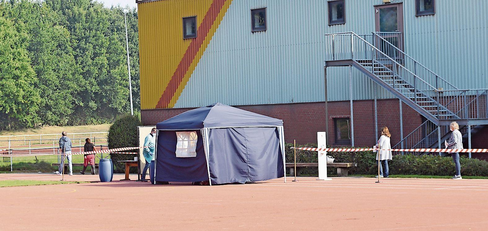 Massentest: Im hinteren Bereich der großen Löninger Sporthalle hat das Gesundheitsamt ihr Testzelt aufgebaut. Foto: Willi Siemers
