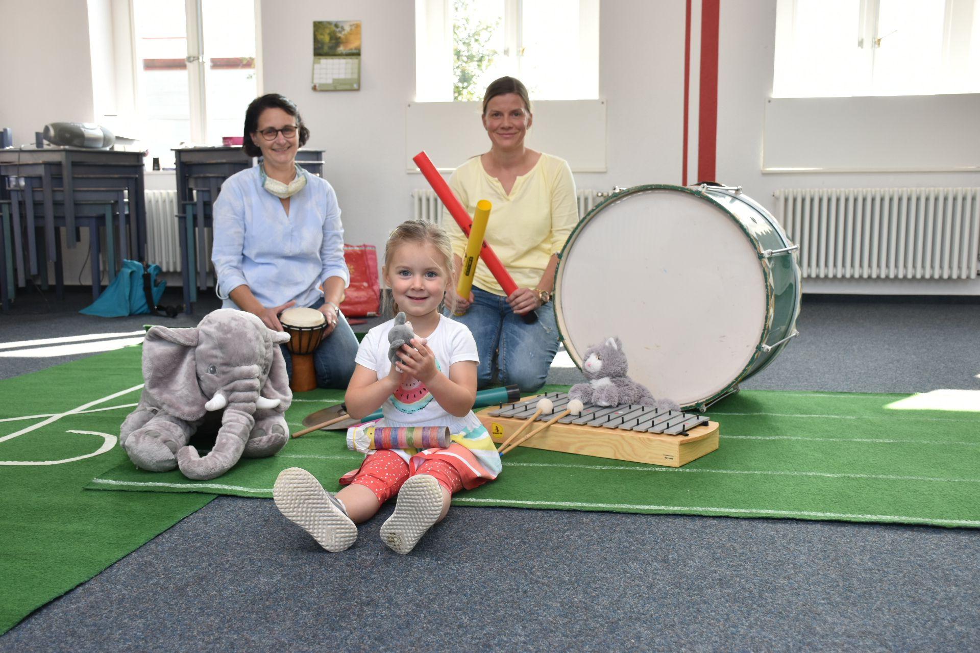 Musik macht Spaß: Das betonen Anke Schmiegelt, Emma Fischer und Alexandra Fischer (von links). Foto: Böckmann